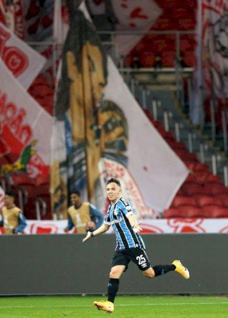 Em 100º jogo pelo Tricolor, Pepê decide Gre-Nal da Libertadores